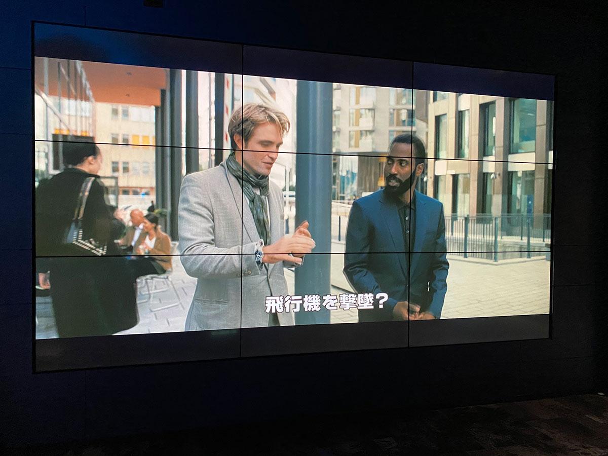 丸の内ピカデリー、Dolby Cinemaスクリーンのロビー壁面モニターに表示された『TENET テネット』予告篇映像。