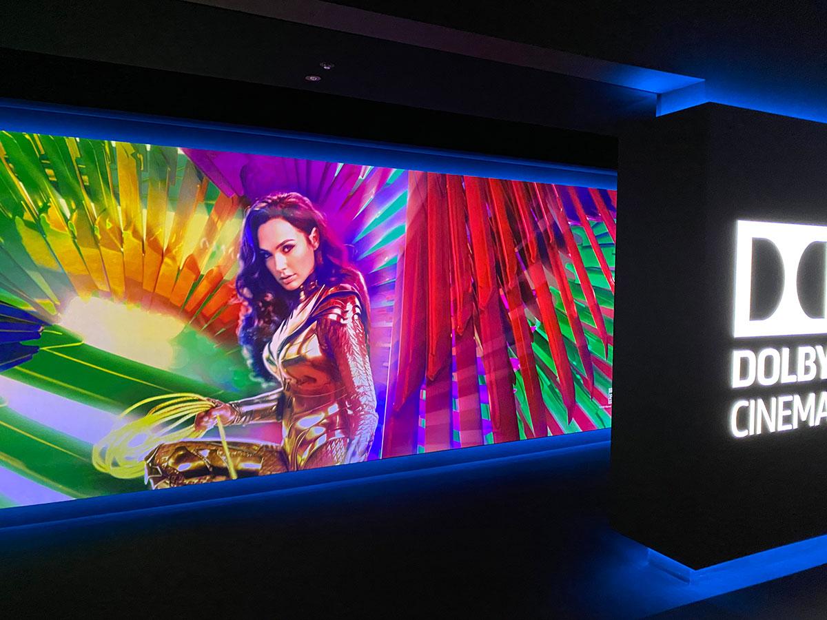 丸の内ピカデリー Dolby Cinemaスクリーン入口通路に表示された『ワンダーウーマン1984』ヴィジュアル。