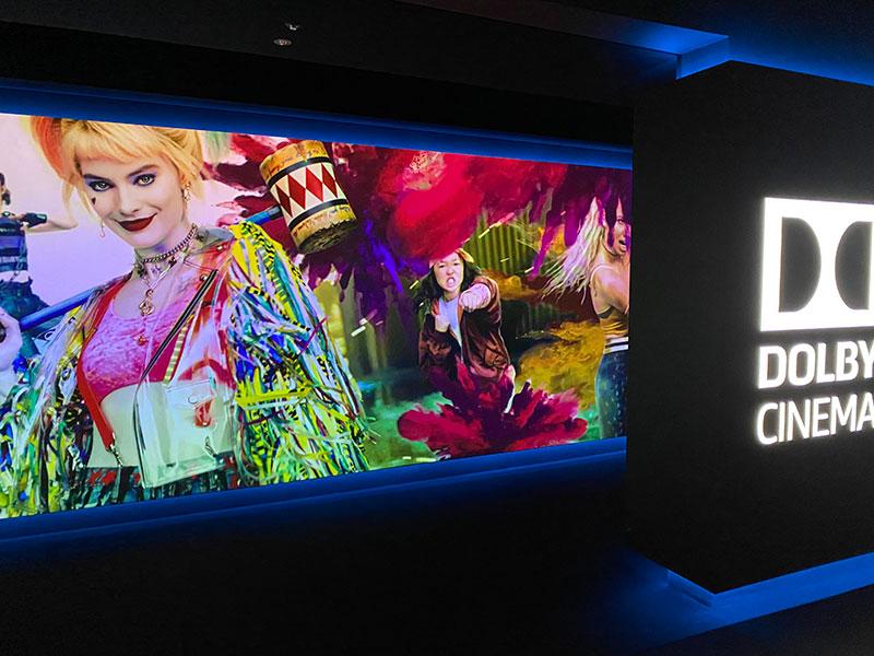 丸の内ピカデリー、DOLBY CINEMAスクリーンの通路入口に展開するイメージ映像。