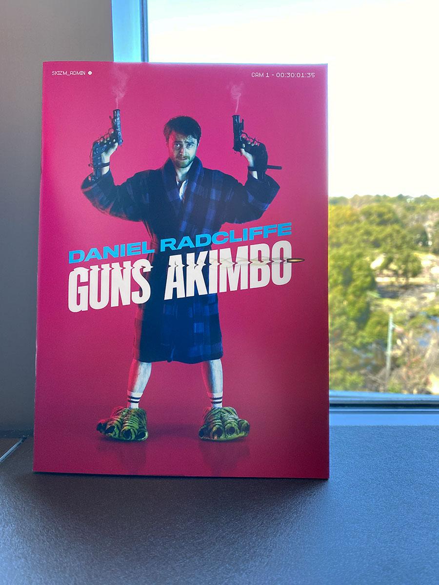 TOHOシネマズ日比谷のロビー窓際にて撮影した『ガンズ・アキンボ』パンフレット。